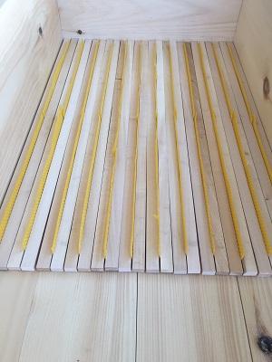 DIe Trägerleisten werden in die Bienenkiste eingebaut.