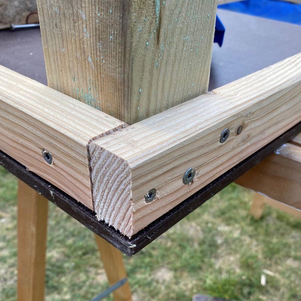 Die Tischbeine werden mit drei Schrauben am Rahmen verschraubt.